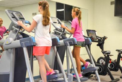 Girls exercising on the elliptical machiens
